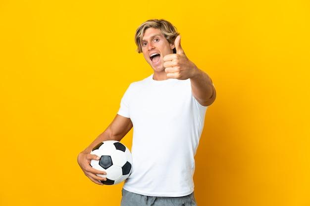 Jogador de futebol inglês sobre amarelo com polegar para cima porque algo bom aconteceu