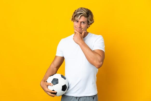 Jogador de futebol inglês sobre pensamento amarelo