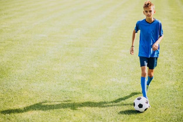 Jogador de futebol jogando no campo