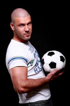 Jogador de futebol jovem e atraente