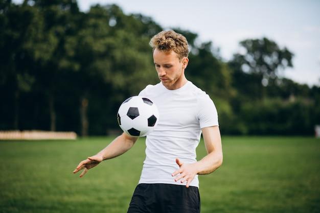 Jogador de futebol jovem no campo de futebol