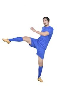 Jogador de futebol masculino asiático atraente chutando a bola