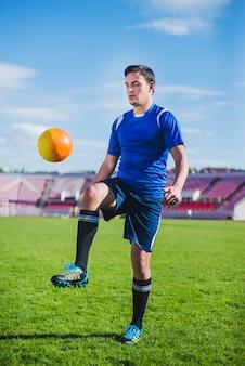Jogador de futebol na arena