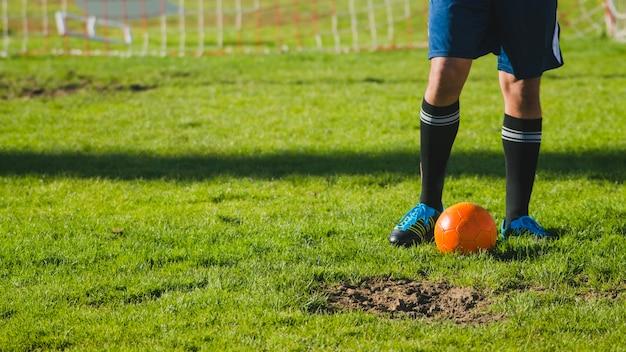 Jogador de futebol na grama