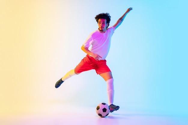 Jogador de futebol ou futebol - movimento, ação, conceito de atividade
