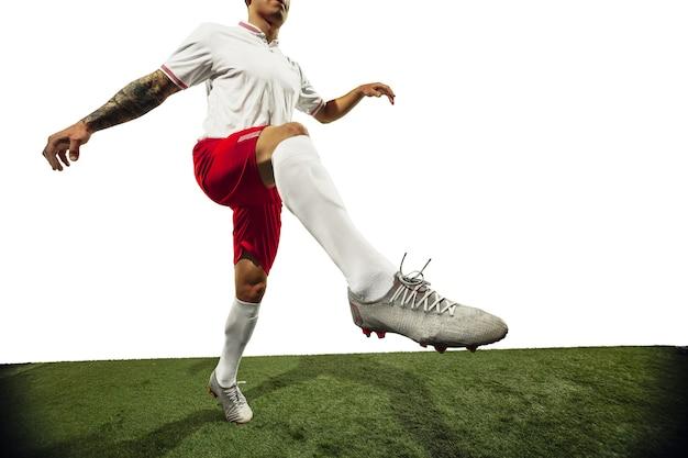 Jogador de futebol ou futebol no conceito de atividade de ação de movimento de fundo branco