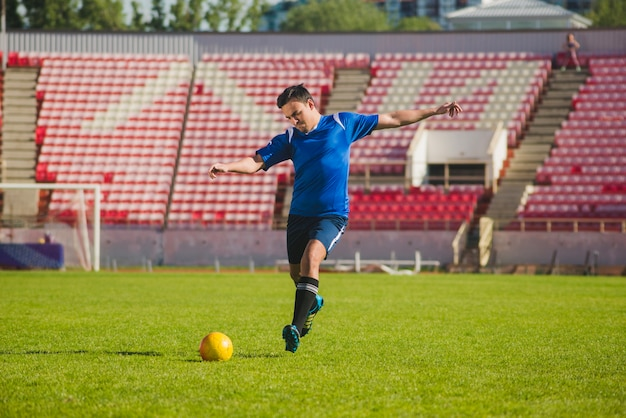 Jogador de futebol prestes a atirar