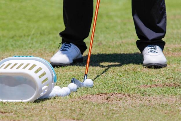 Jogador de golfe com clube de golfe durante o treino
