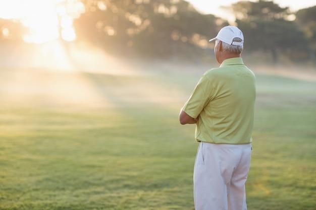 Jogador de golfe com os braços cruzados