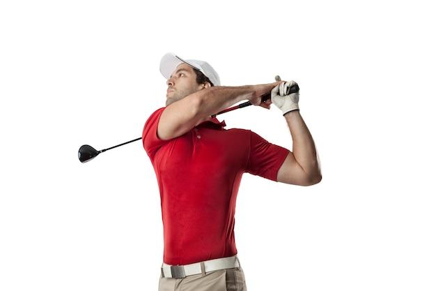 Jogador de golfe em uma camisa vermelha dando uma tacada, em um espaço em branco.