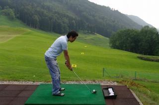 Jogador de golfe praticando, leitor