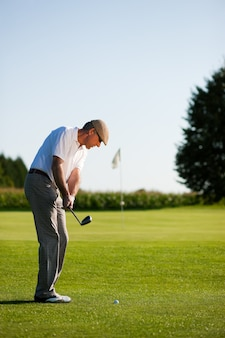 Jogador de golfe sênior no verão