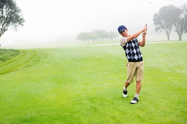 Jogador de golfe tentando
