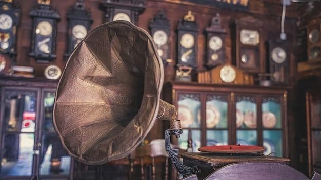 Jogador de gramofone antigo com disco de música