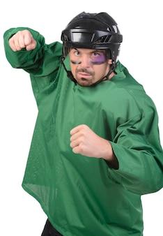 Jogador de hóquei agressivo segurando firme para uma luta.