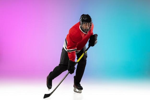Jogador de hóquei com o taco na quadra de gelo e espaço gradiente de neon