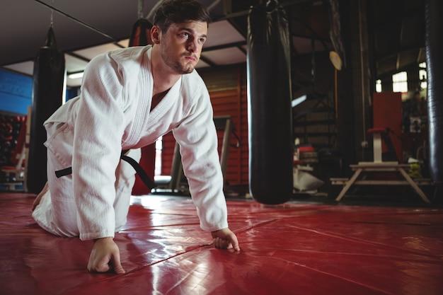 Jogador de karatê fazendo flexão