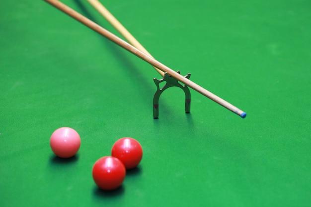 Jogador de mesa de snooker jogar mesa de bilhar do clube indoor