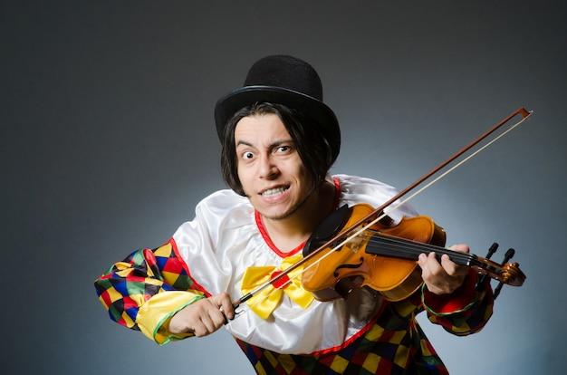 Jogador de palhaço engraçado violino