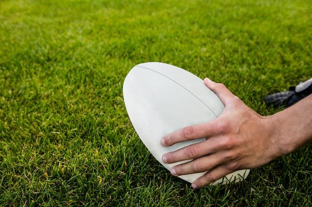 Jogador de rugby, pegando a bola