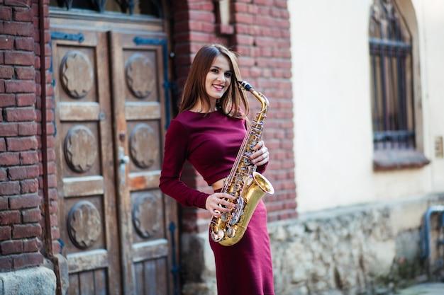 Jogador de saxofone mulher de saxofonista tocando sax alto músico com instrumento