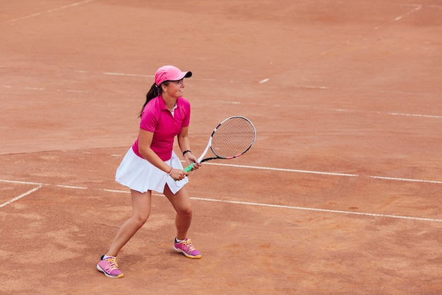Jogador de tênis. a jovem mulher bonita que joga o tênis, apronta-se para tomar um saque.