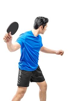 Jogador de tênis de mesa asiático balança a raquete posando