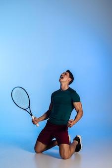 Jogador de tênis de tiro completo com raquete