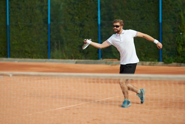 Jogador de tênis em movimento