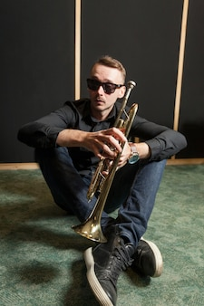 Jogador de trompete legal Foto gratuita