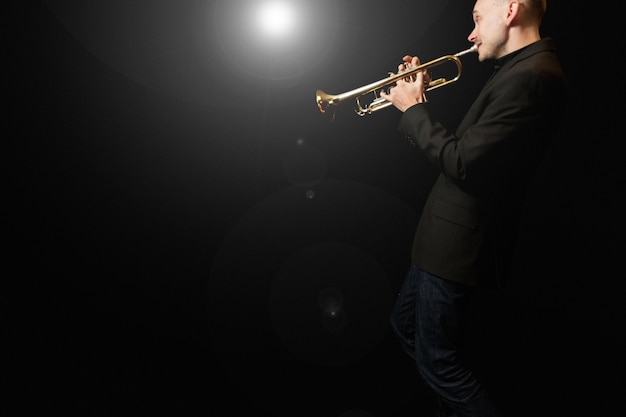 Jogador de trompete Foto gratuita