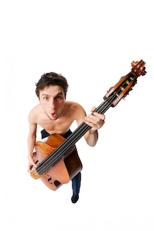 Jogador de violão baixo no fundo branco