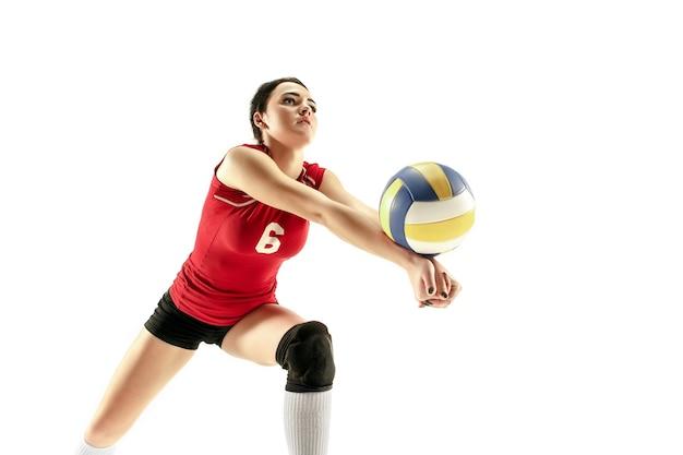 Jogador de voleibol profissional feminino isolado no branco com bola.