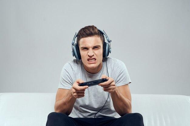 Jogador jogando com controladores