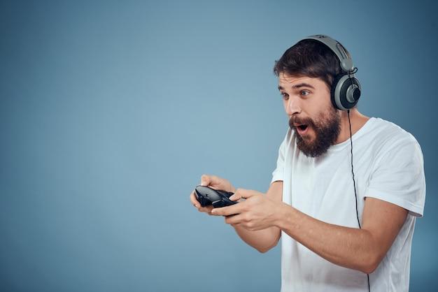 Jogador masculino brincando com joysticks