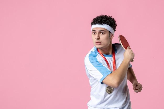 Jogador masculino com raquete e medalha de visão frontal