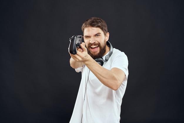 Jogador masculino jogando console