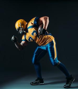 Jogador ofensivo de futebol americano com bola