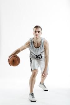 Jogador profissional de basquete com uma bola