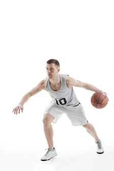 Jogador profissional de basquete quicando a bola