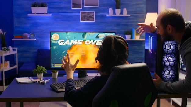 Jogador profissional perdendo torneio de videogame de atirador espacial usando equipamento profissional