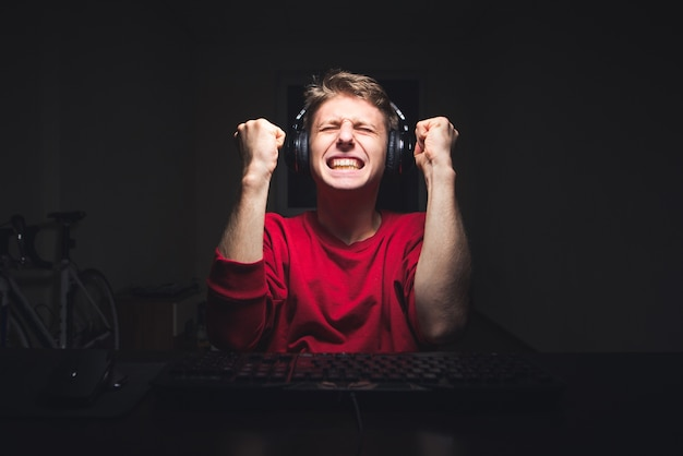 Jogador se alegra com a vitória do videogame