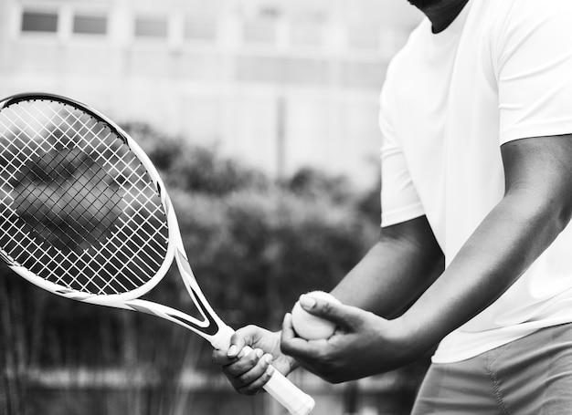 Jogador se preparando para um saque no tênis