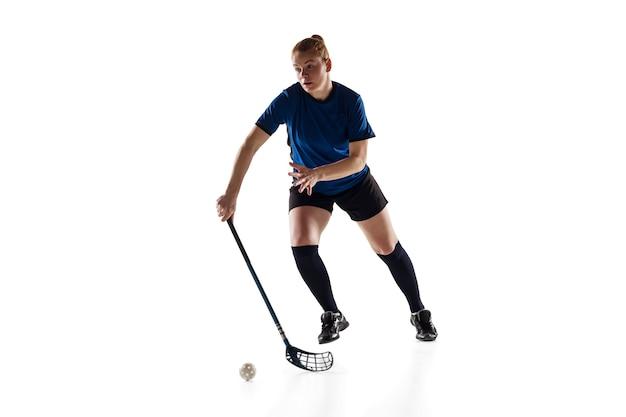 Jogadora de floorball isolada no conceito de ação e movimento de fundo branco do estúdio