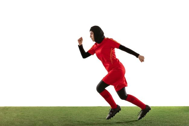 Jogadora de futebol árabe correndo