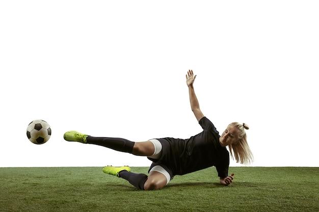 Jogadora de futebol chutando bola no estádio