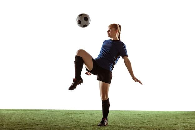 Jogadora de futebol chutando bola, treinando em ação e movimento com emoções brilhantes