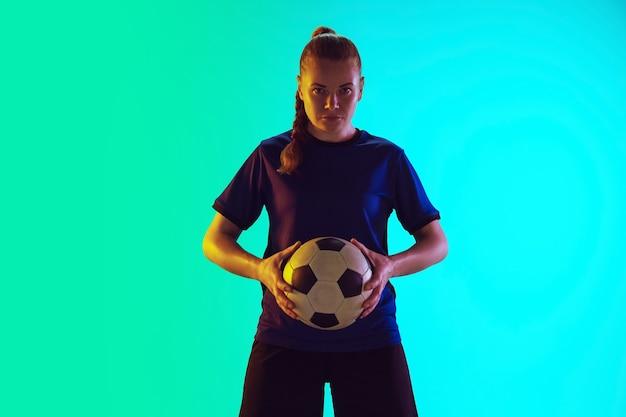 Jogadora de futebol chutando bola, treinando em ação e movimento