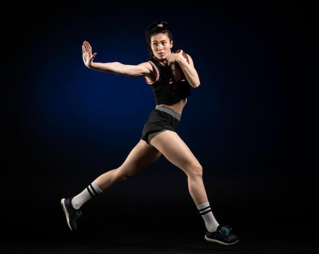 Jogadora de rúgbi em pose esportiva