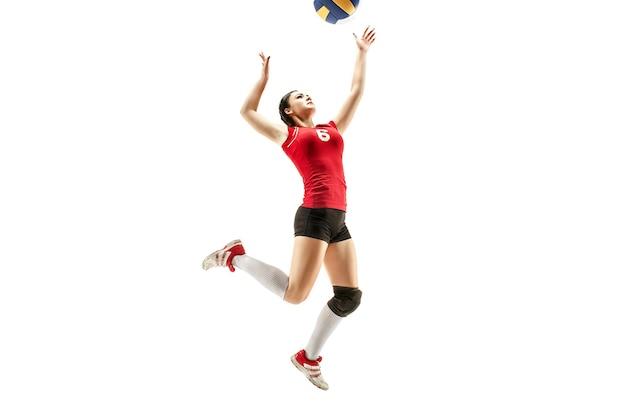 Jogadora de voleibol profissional isolada no branco com bola. o exercício do atleta